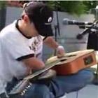 右肘から先が無い人のギター