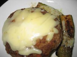 チーズハンバーグにズッキーニのソテー