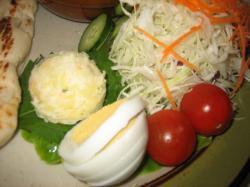 サラダにゆで卵