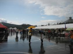 雨でもたくさんの人が・・・(!o!)