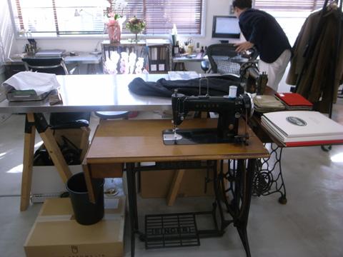 「平林洋服店」現役の古いミシン