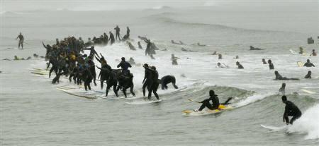 南アで95人が一斉にサーフィン、世界記録には届かず