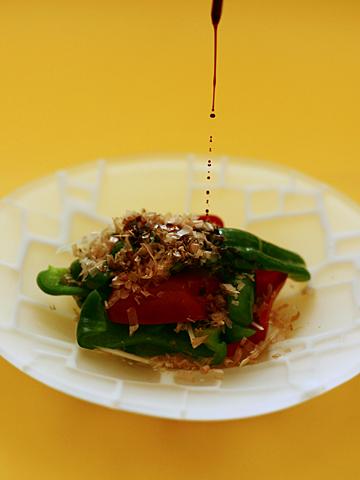 茹でピーマンの醤油・胡麻油和え(醤油かけてるところ)