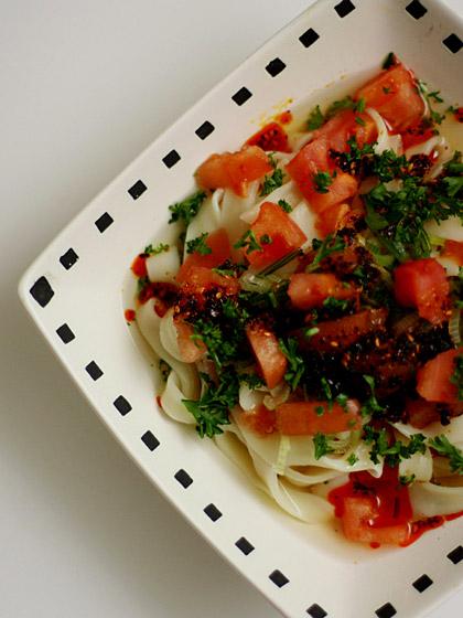 ほうとう:石垣島ラー油&パセリ・・・+角切りトマト