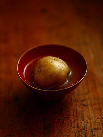 ジャガイモ丸蒸しのスープ浸し