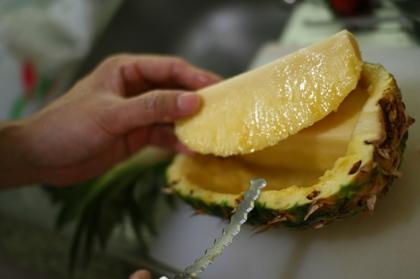パイナップルをくりぬく