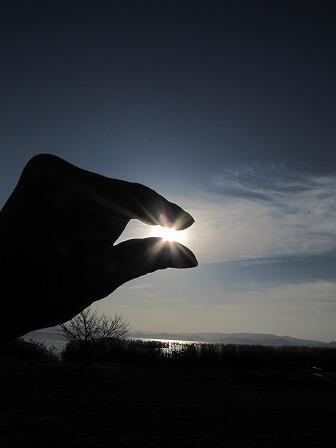 太陽を指でつまんでみた