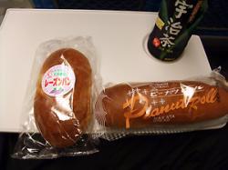 食べたのはレーズンパンとピーナッツパン。