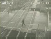 監視カメラが捉えた電車に轢かれる寸前映像