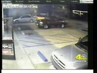 監視カメラが捉えたピックアップトラックが幽霊に盗まれる瞬間映像