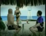 ビーチで女性にたくましい男と思われたいハゲデブおやじ