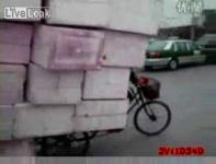 もの凄い量の荷物を自転車に積んで移動する男