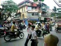 ベトナムの首都ハノイの交差点風景