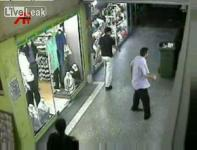 監視カメラが捉えたセクハラ上司を襲撃する暴漢の映像
