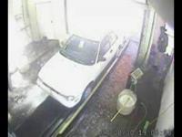 洗車機の中で暴れまくる車