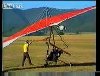 わずか数秒で終わったモーターハンググライダーの空の旅