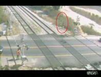 線路に横たわり自殺を試みる20歳の女性