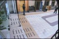 ショッピングモールの廊下を横断する少年の幽霊