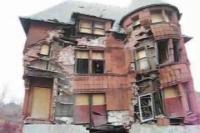 モンスターハウス(廃屋)が子供と一緒に崩壊する映像