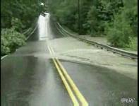 わずか4分たらずで道路を破壊する洪水の映像
