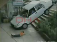 小さな子供が車に撥ね飛ばされる瞬間映像
