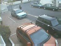 駐車スペースから移動しようとして事故るおばさんドライバー