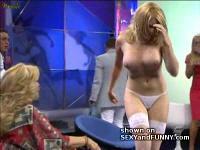 テレビの生放送中にドレスを引っ張られておっぱいポロリする女優