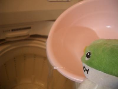お風呂の残り湯を洗濯に使うよ。