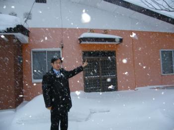降りしきる雪の中の黒川氏