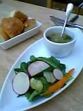サラダとお豆が入ったスープ。じゃがいものホカッチャモうまい