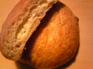 「オニオンチーズパン」焼きたてパンダ(福岡市)