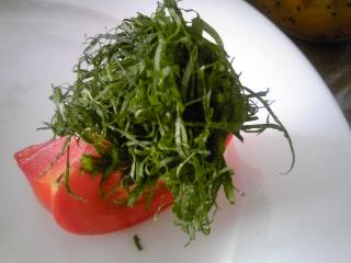 「トマトの上にシソ」
