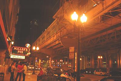 ホテルの前の高架鉄道「L」