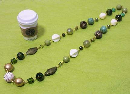 グリーンとアイボリーの大玉ネックレス