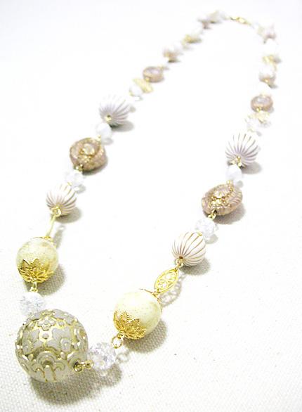ホワイトとゴールドの大玉ネックレス