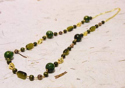 グリーンのアクリルビーズとゴールドのネックレス