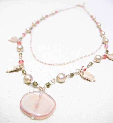 ピンクパールと、葉っぱの、桃色ネックレス