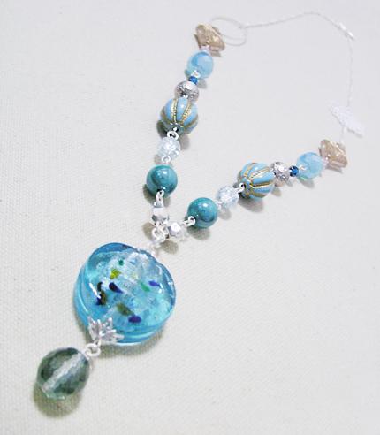古代銀のチェーンと水色のネックレス