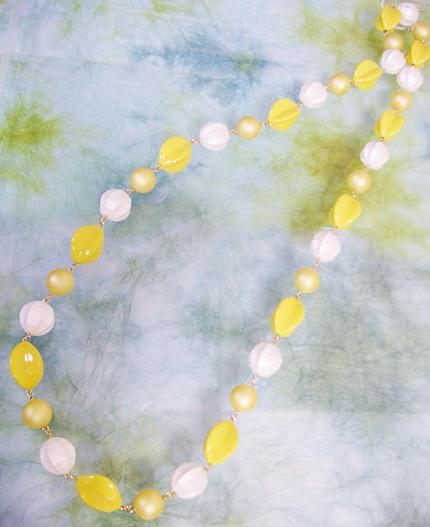 黄色と白の大玉ネックレス
