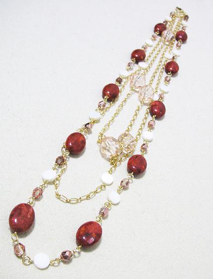 赤い天然石とシェルビーズのネックレス