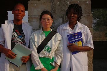 報告者・横田美保(中央)デビット先生(左)、エリミニア先生(右)