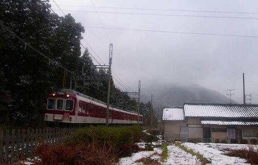 湯の山線電車と御在所岳