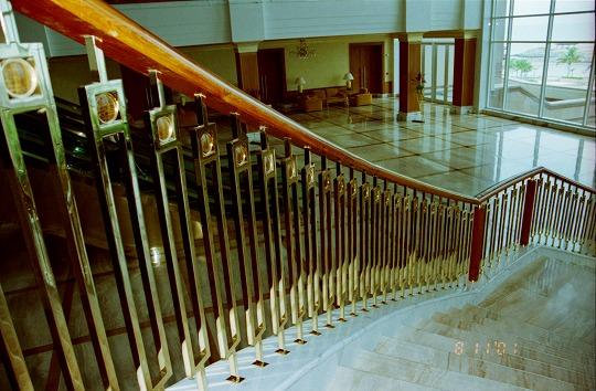 猫目石飾りの階段手すり