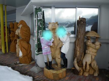 クマの木彫りの前090207