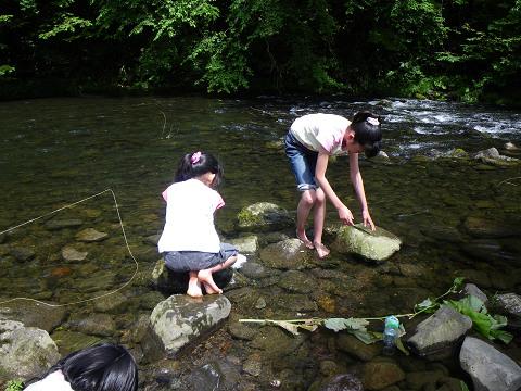 川で遊ぶ子供ら