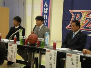 記者の質問に答える小川ヘッドコーチ(中央)