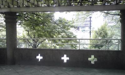 十字透かしの塀