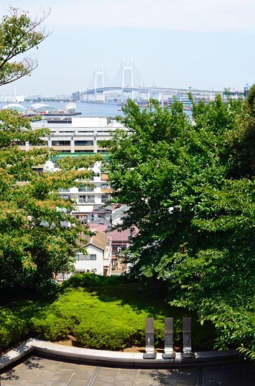 神奈川近代文学館に向かう霧笛橋から見たベイブリッジ
