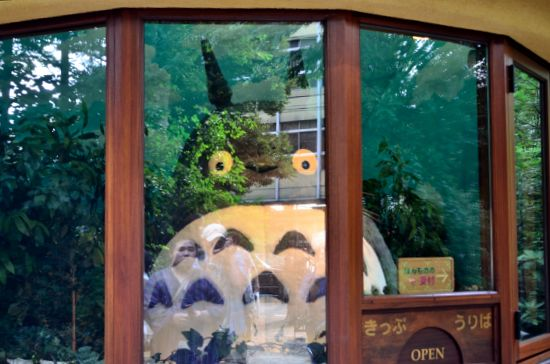 ニセのキップ売り場のトトロ。下の丸窓にはたくさんの「まっくろくろすけ」が。ガラスの反射がひどく、この時、デジイチ用のPLフィルターを買う決心をしましたw