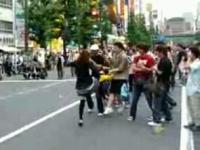 秋葉原で怒り踊る奇妙な女性ダンサー